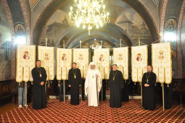 Prapurii sau steagurile bisericesti – ce rol au si de ce sunt mai mult decat decorativi